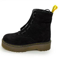 фото Черные женские ботинки с мехом на платформе в стиле Dr. Martens  нубук