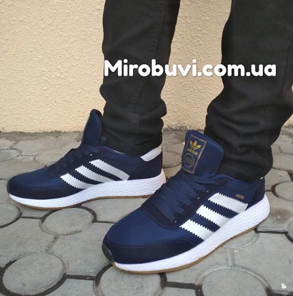 фото - Кроссовки для бега Adidas Iniki Runner синие с белым №2 на ноге.