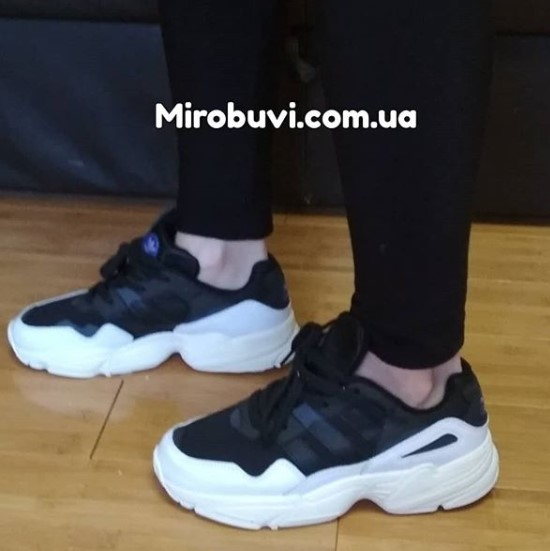 фото - Кроссовки Adidas Yung-96 черно-белые. Топ качество! на ноге.