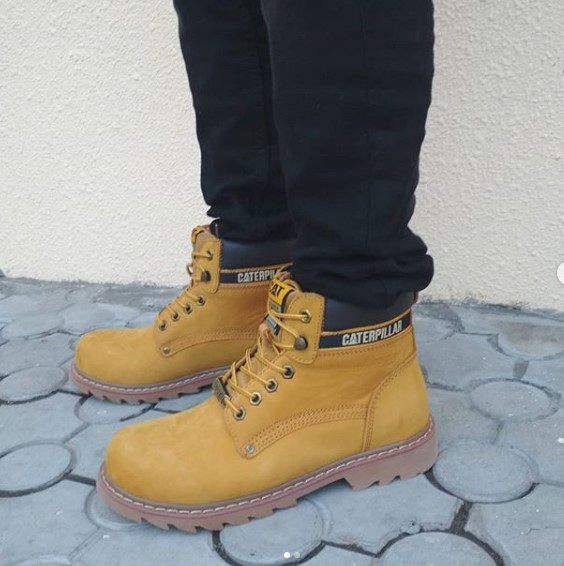 фото - Желтые ботинки CAT (Катерпиллер) на ноге.