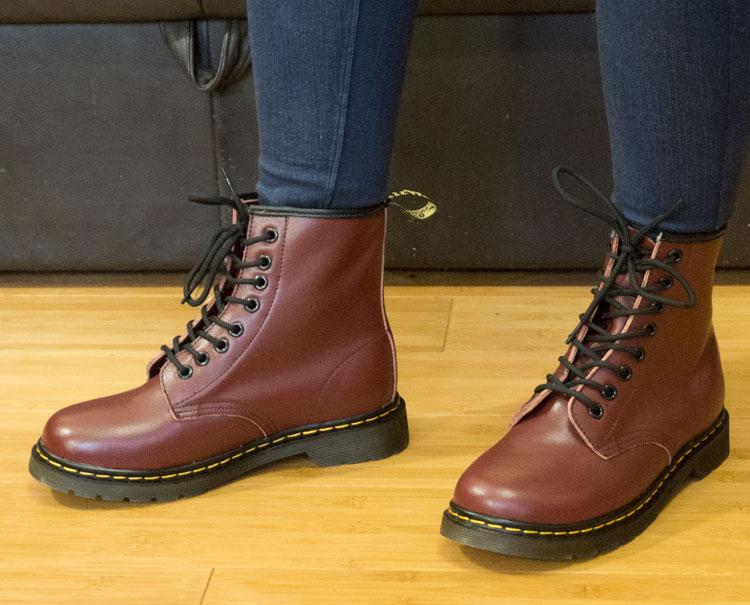 фото - Коричневые женские ботинки в Dr. Martens, натуральная кожа - Топ качество! на ноге.