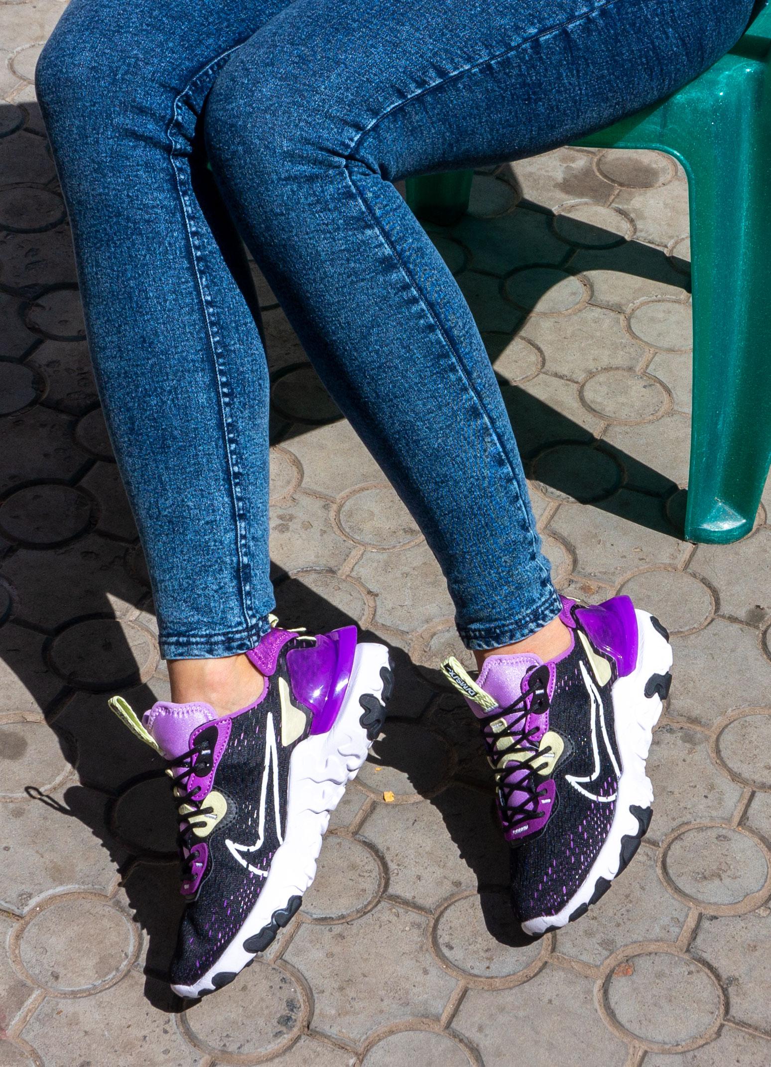 фото - Женские кроссовки Nike React Vision DimSix черные с фиолетовым. Топ качество! на ноге.