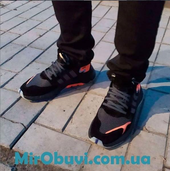 фото мужских кроссовок Adidas Nite Jogger черные на ноге.