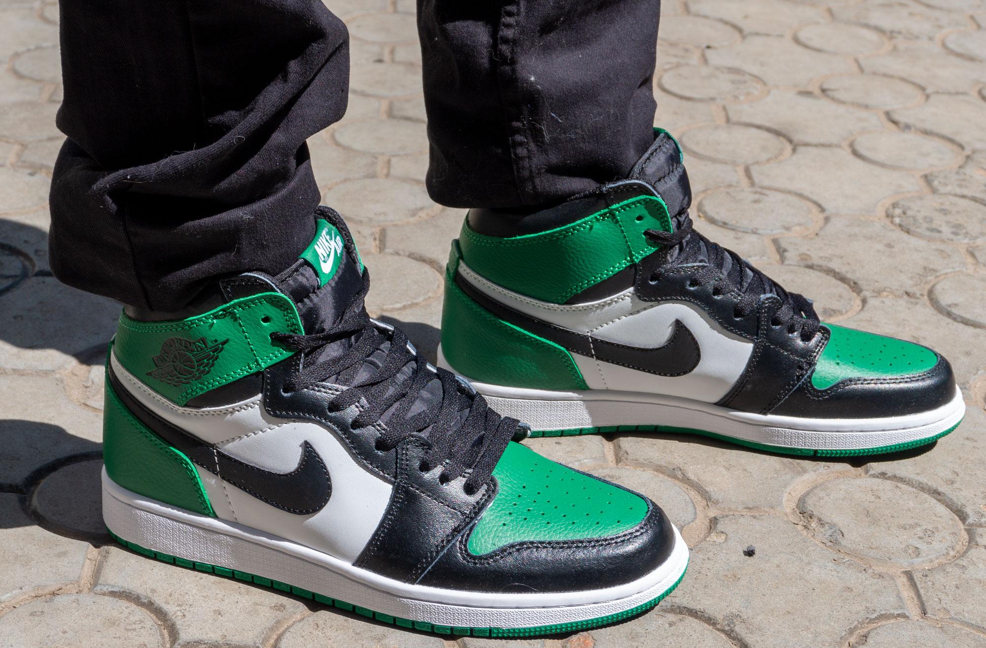 фото - Высокие черные c зеленым кроссовки Nike Air Jordan 1 . Топ качество! на ноге.