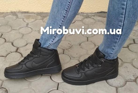 фото - Зимние высокие черные кроссовки Nike Air Force  на ноге.
