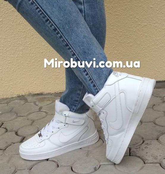 фото - Зимние высокие белые кроссовки Nike Air Force  на ноге.