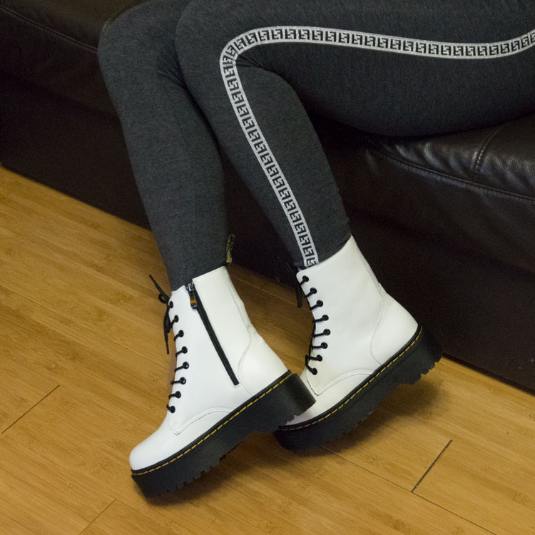 фото - Белые женские ботинки в Dr. Martens на платформе, натуральная кожа - Топ качество! на ноге.
