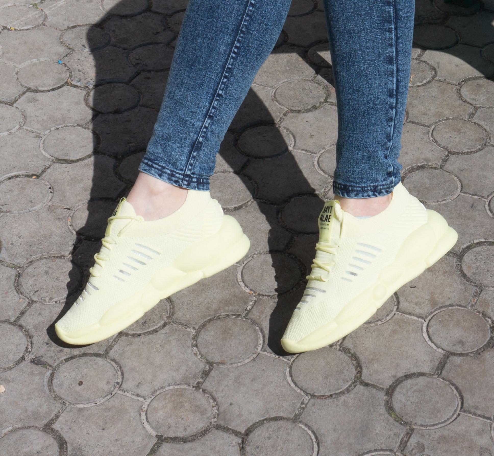 фото - Женские кроссовки Loris Bottega WG-J02 лимонные. на ноге.