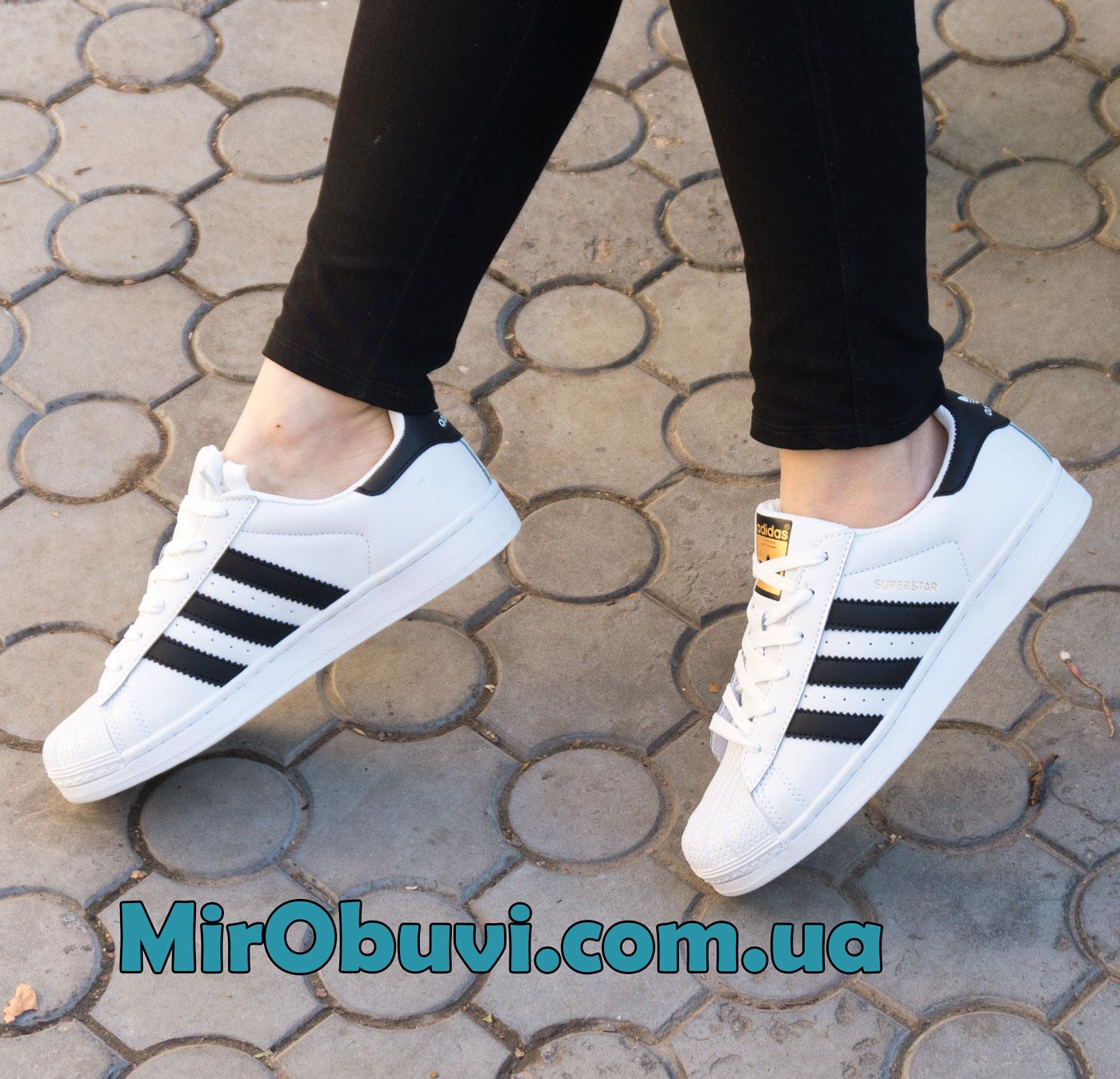 фото кроссовок Adidas superstar черные - золото на ноге.