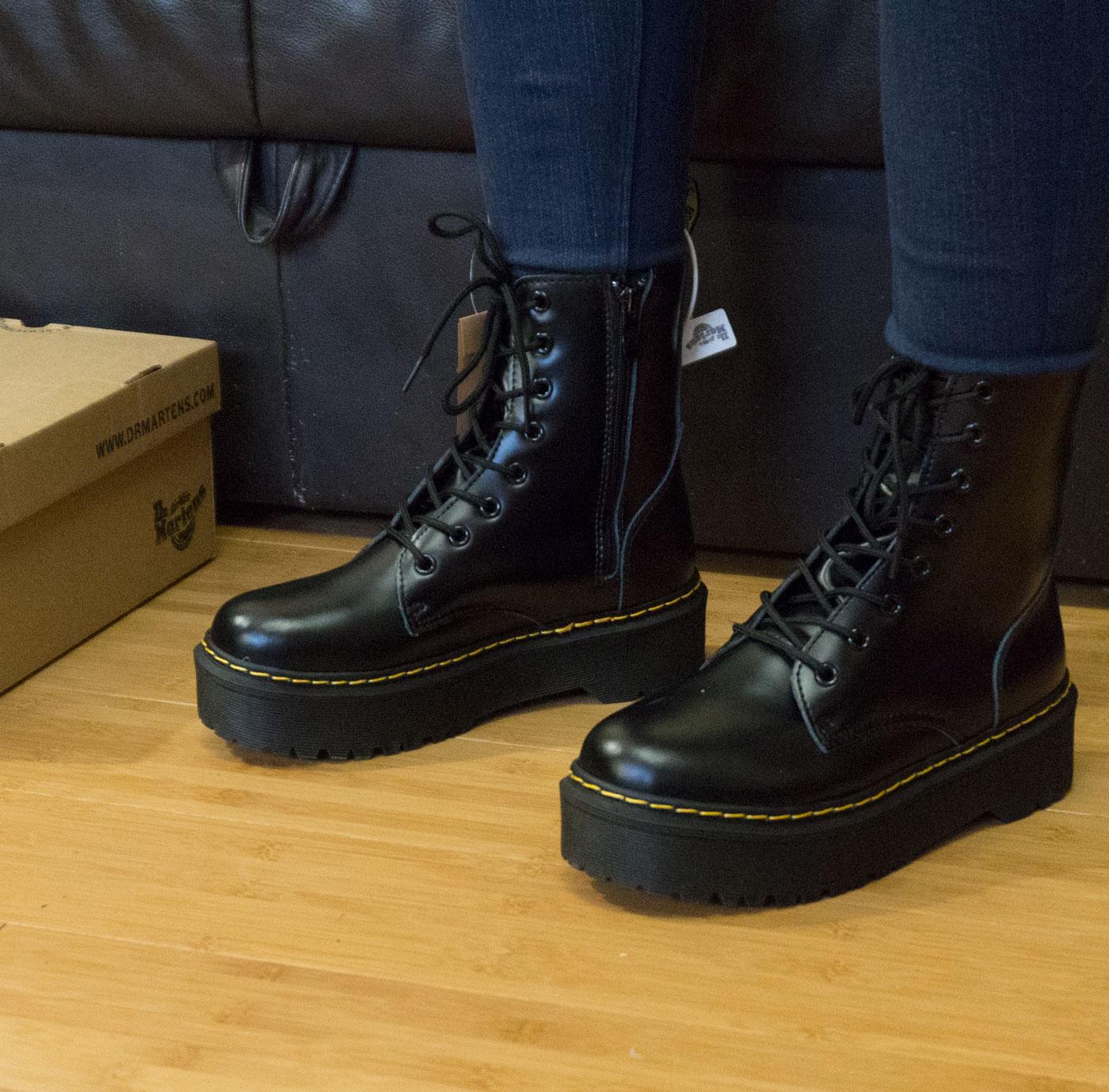 фото - Черные женские ботинки в Dr. Martens на платформе, натуральная кожа - Топ качество! на ноге.