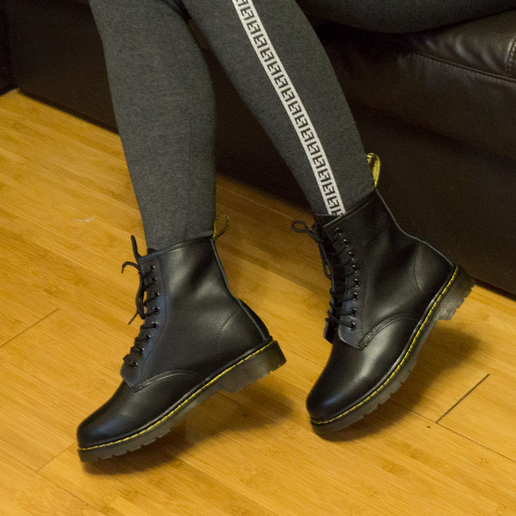 фото - Черные женские ботинки в Dr. Martens, натуральная гладкая кожа - Топ качество! на ноге.
