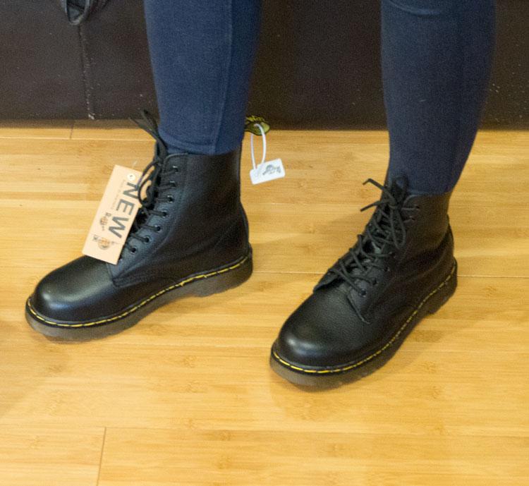 фото - Черные женские ботинки в Dr. Martens, натуральная кожа - Топ качество! на ноге.