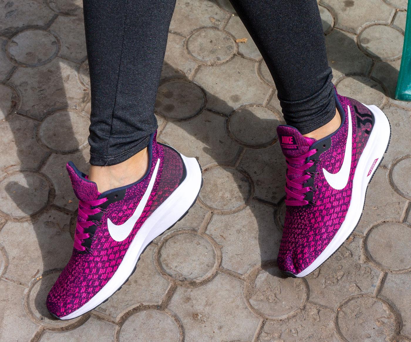 фото - Женские кроссовки для бега Nike Zoom Pegasus 35 бордовые. Топ качество! на ноге.