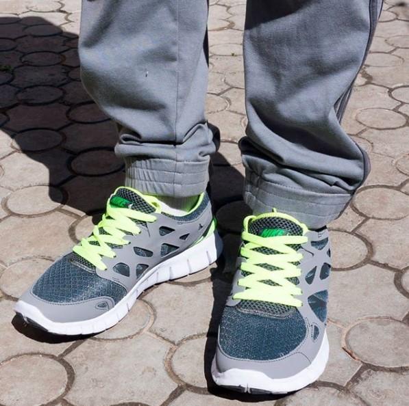 фото - Кроссовки для бега Nike Free Run 2 Найк Фри Ран, серо-зеленые на ноге.